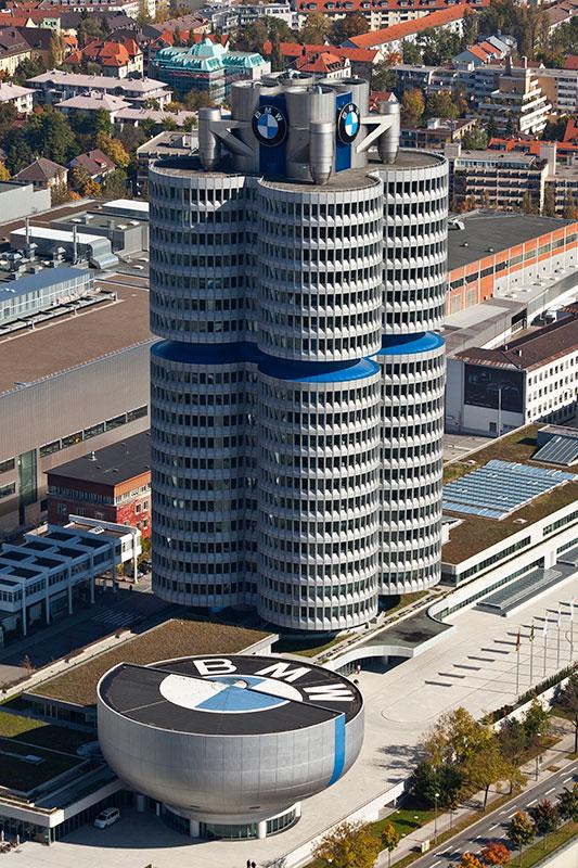 BMW Konzernzentrale 'Vierzylinder' und das BMW-Museum ('Schale' vorne), Luftbild vom Olympiaturm