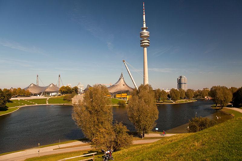 Blick auf den Münchner Olympiapark mit Fernsehturm und der BMW Konzernzentrale rechts