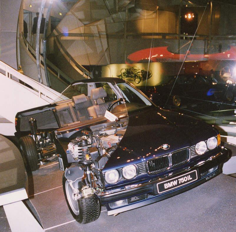 Aufgeschnittener BMW 750iL im BMW Museum in München