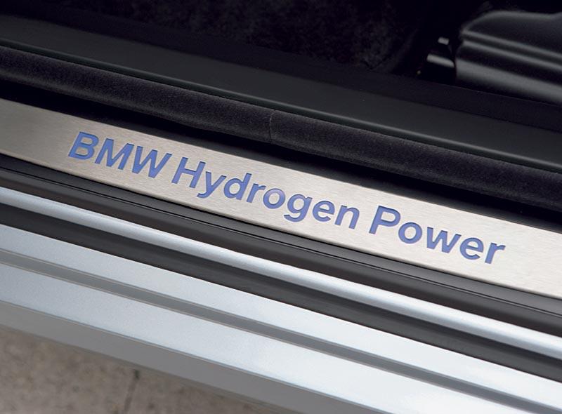 BMW Hydrogen 7, beleuchteter Schriftzug im Türrahmen
