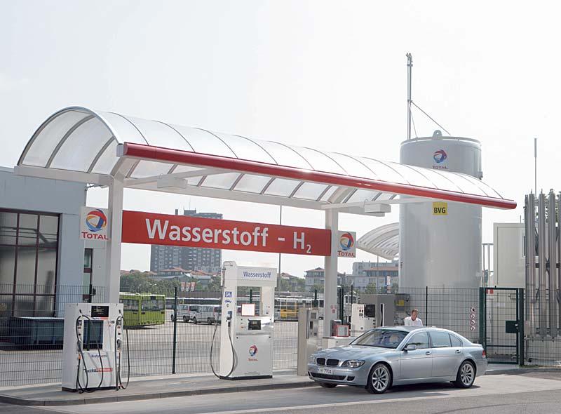 BMW Hydrogen 7 an einer Wasserstoff-Tankstelle in Berlin
