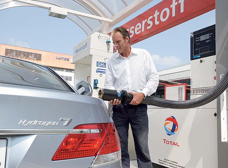BMW Hydrogen 7 beim Tanken an einer Wasserstoff-Tankstelle in Berlin