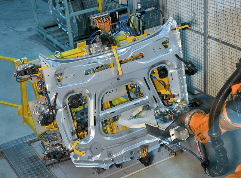 Fügetechnik Clinchen beim Innenblech Frontklappe des 7er-BMW (E65) im Werk Dingolfing