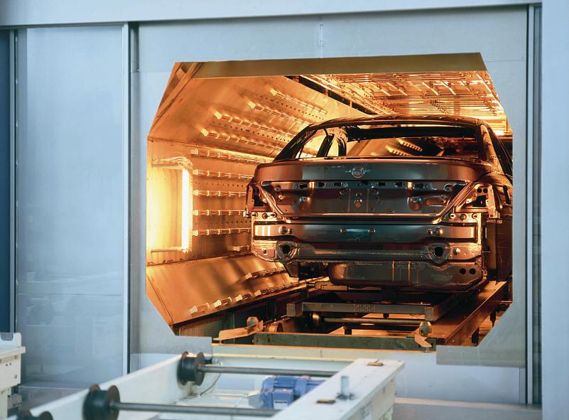 BMW 7er (E65) in der Infrarot-Trockenkabine im BMW-Werk Dingolfing