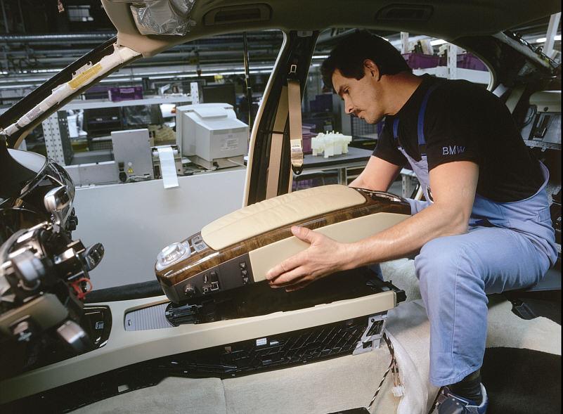 Montage der Mittelarmlehne mit iDrive-Controller und Sitzsteuerung in den BMW 7er (E65) im Werk Dingolfing
