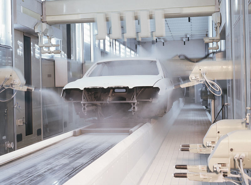 automatischer Auftrag von Pulverklarlack in der 7er (E65) Fertigung im BMW-Werk Dingolfing