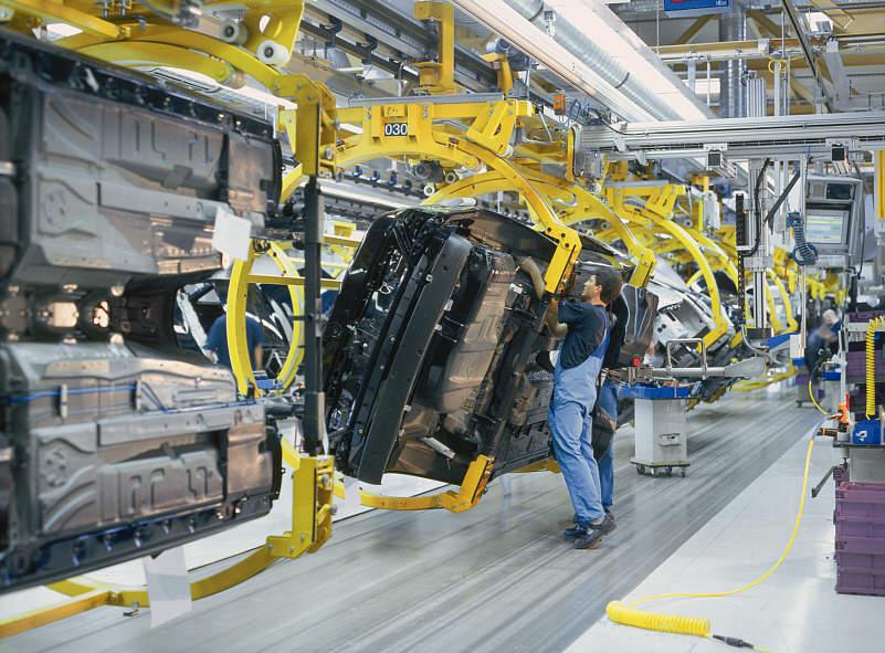 Schwenkmontage beim 7er BMW (E65) im BMW-Werk Dingolfing