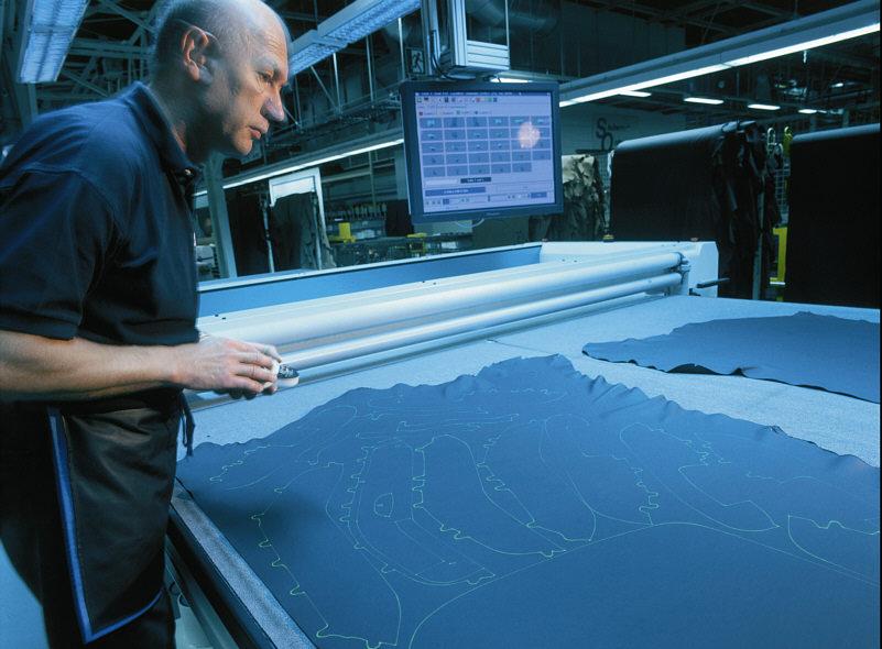 Laserschablonen bei der Lederauswahl im BMW-Werk Dingolfing