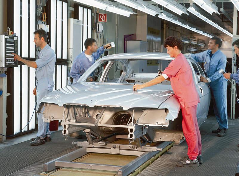 Qualitätsprüfung der lackierten 7er (E65) Karosserie im BMW-Werk Dingolfing