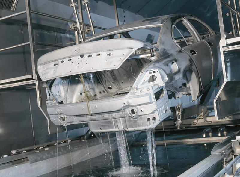 Reinigung der 7er (E65) Rohkarosserie vor der Lackierung im BMW-Werk Dingolfing