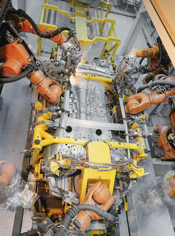Vollautomatische Robotorstation verklebt und verschweißt den Seitenrahmen des 7er BMW (E65) mit dem Karosseriegerippe im Werk Dingolfing
