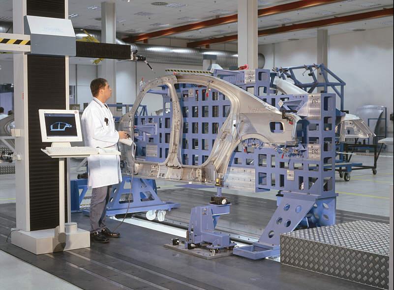 Vermessung des Seitengerippes des BMW 7er (E65) im Werk Dingolfing