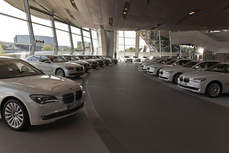 in der BMW Welt warteten mehrere BMW 760Li auf ihre Testfahrer
