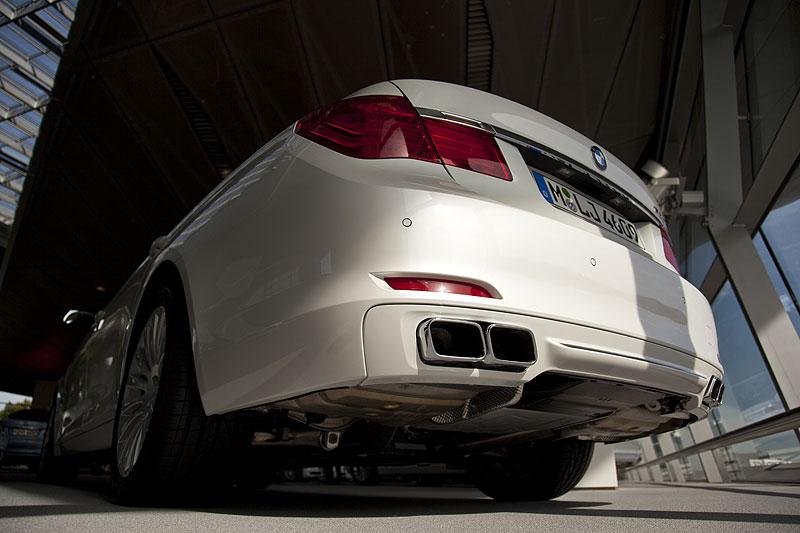 BMW 760Li mit markanten Doppel-Rechteck-Auspuff-Endrohren und Chromzierleiste an der Heckschürze