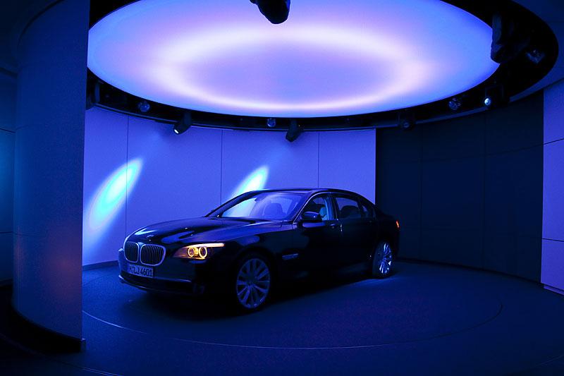 Präsentation des neuen BMW 760Li in einem exklusiven Showroom mit drehbarer Plexiglaswand  in der BMW Welt