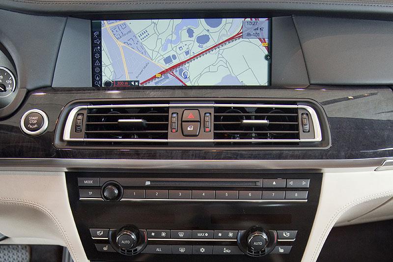 BMW 760Li, Mittelkonsole mit großen Navigationsbildschirm