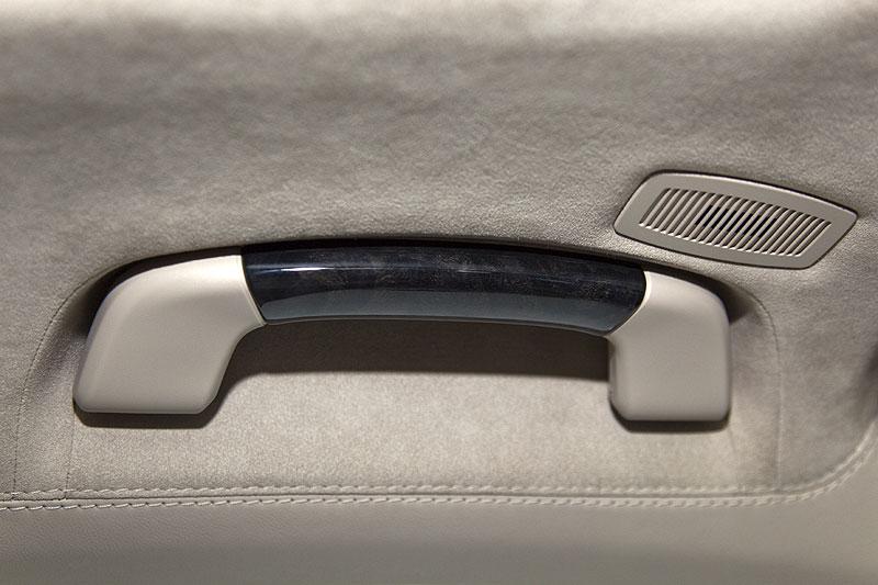 BMW 760Li, serienmäßig mit Edelholz an den Haltegriffen