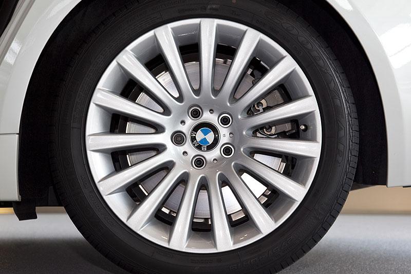BMW 760Li (F02) mit serienmäßiger 19 Zoll-Leichtmetallfelge Vielspeiche 235