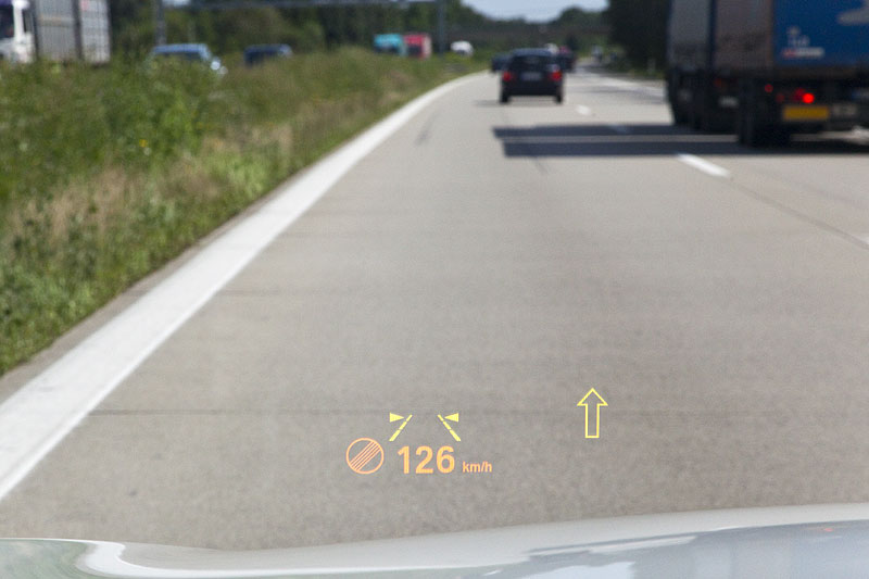 über das Head-Up Display werden die wichtigsten Fahr-Informationen direkt in die Scheibe eingeblendet