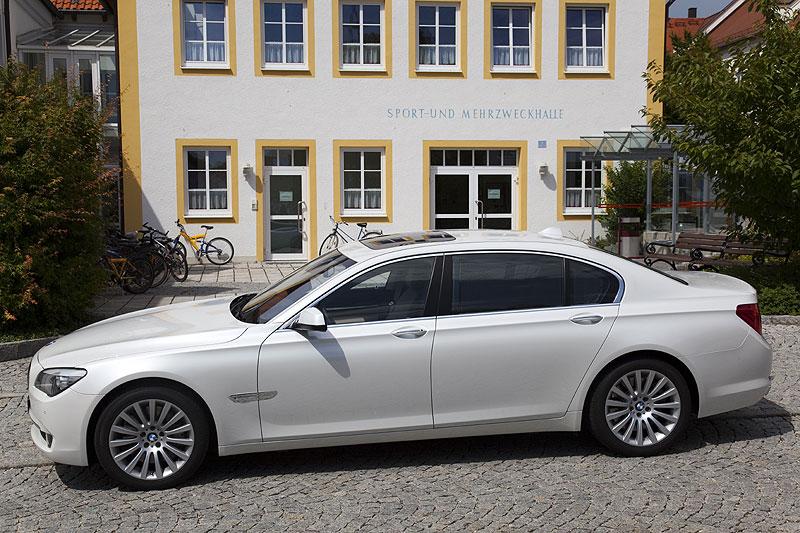 BMW 760Li während der Testfahrt in Bayern