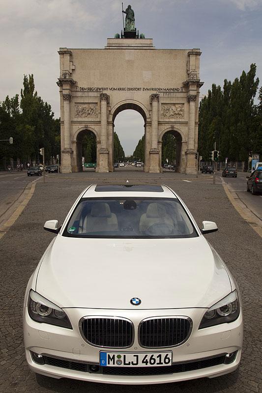 BMW 760Li (F02) vor dem Siegestor in München