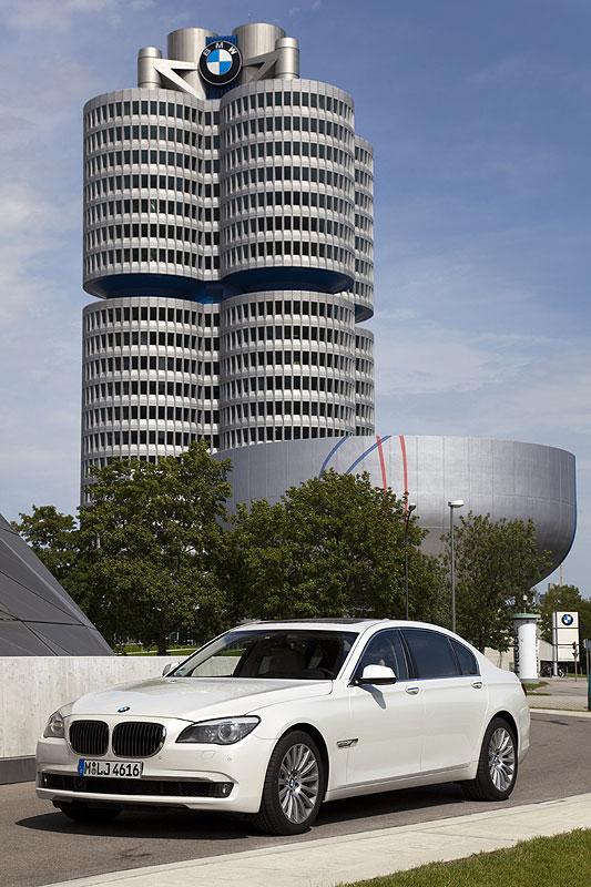 BMW 760Li (F02) vor der BMW Konzernzentrale in München
