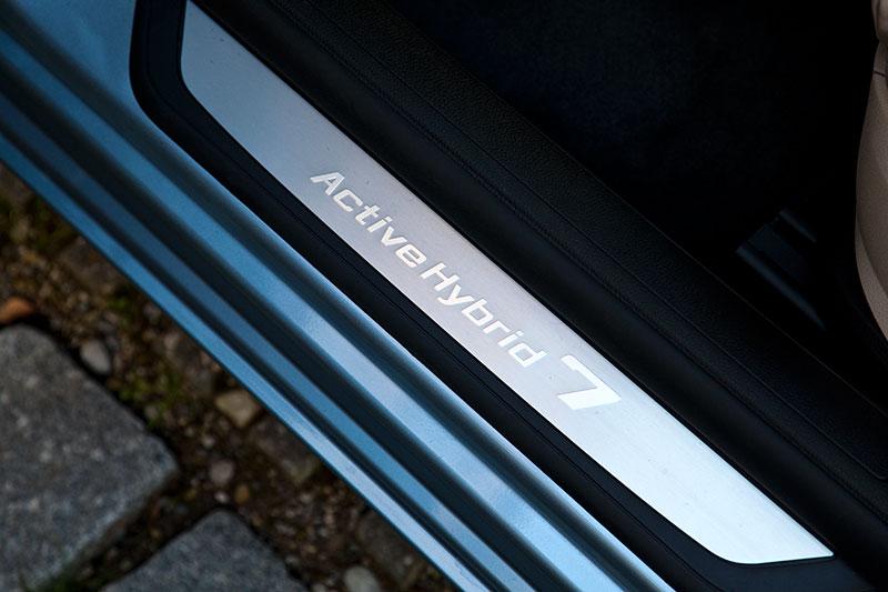 BMW ActiveHybrid 7: vordere Einstiegsleiste mit ActiveHybrid-Schriftzug. In der Langversion gibt es diese auch hinten.