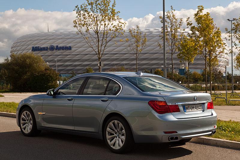 BMW ActiveHybrid 7 an der Allianz Arena München