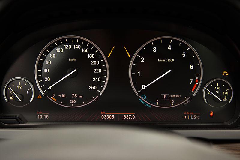 BMW ActiveHybrid 7, Tacho-Instrumente mit Black Panel Technik: die Zahlen blenden sich erst bei Zündung ein