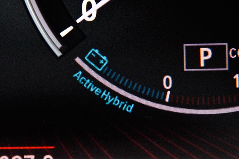 BMW ActiveHybrid 7: ActiveHybrid-Symbol in der Verbrauchsanzeige deutet auf Ladung der Batterie bzw. eBoost hin
