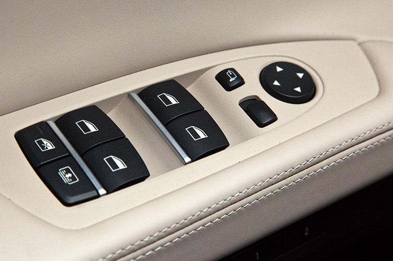 BMW ActiveHybrid 7, Schalterleiste in der Fahrertür, u. a. für die Fensterheber