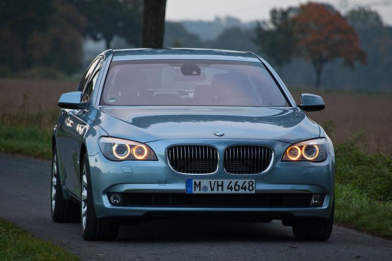 BMW ActiveHybrid 7: beim Ausrollen und Bremsen fungiert der E-Motor als Generator und lädt die Batterie auf