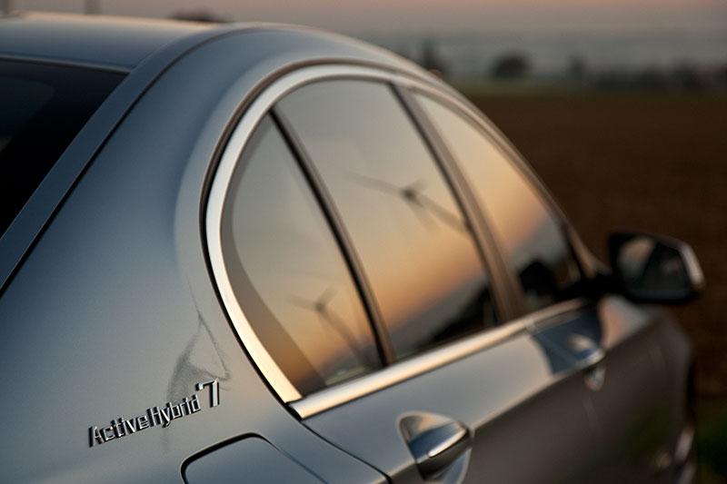 BMW ActiveHybrid 7: verbraucht rund 2 Liter weniger Benzin je 100 km im Vergleich zum 750i/Li