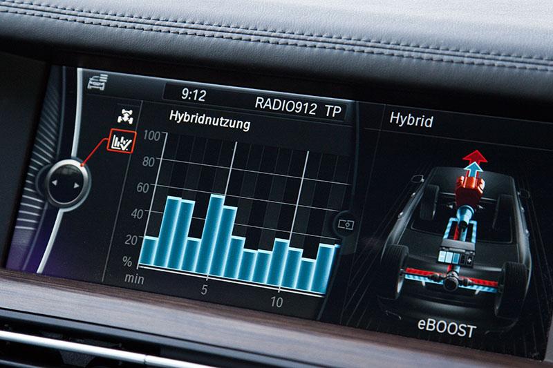 BMW ActiveHybrid 7: in der rechten Anzeige wird der zugeschaltete eBOOST ersichtlich