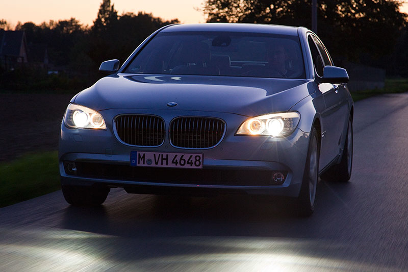 BMW ActiveHybrid 7: dank des Hochvoltspeichers stehen auch im Stand bei abgeschalteten Motor genug Energie u. a. für die Klima-Anlage zur Verfügung
