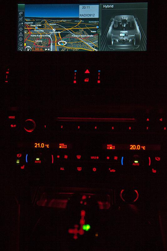 BMW ActiveHybrid 7: Nachtansicht der Mittelkonsole