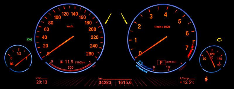 BMW ActiveHybrid 7: Nachtansicht der Tacho-Instrumente mit rot beleuchteten Zahlen
