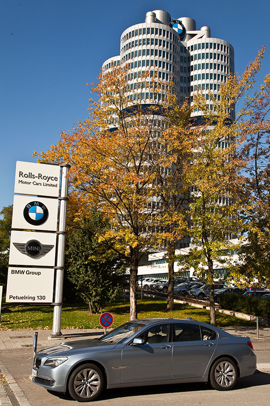 BMW ActiveHybrid 7 an der BMW Konzernzentrale in München