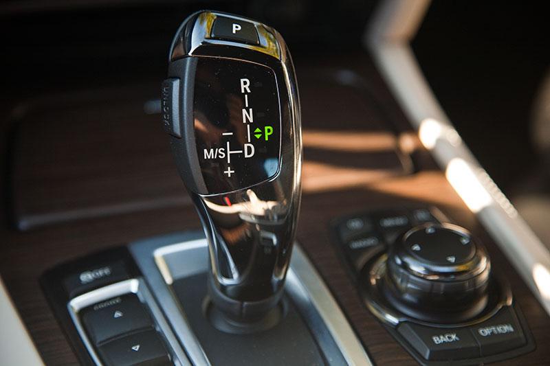 BMW ActiveHybrid 7, Automatik-Wählhebel auf der Mittelkonsole - auch zum manuellen Schalten