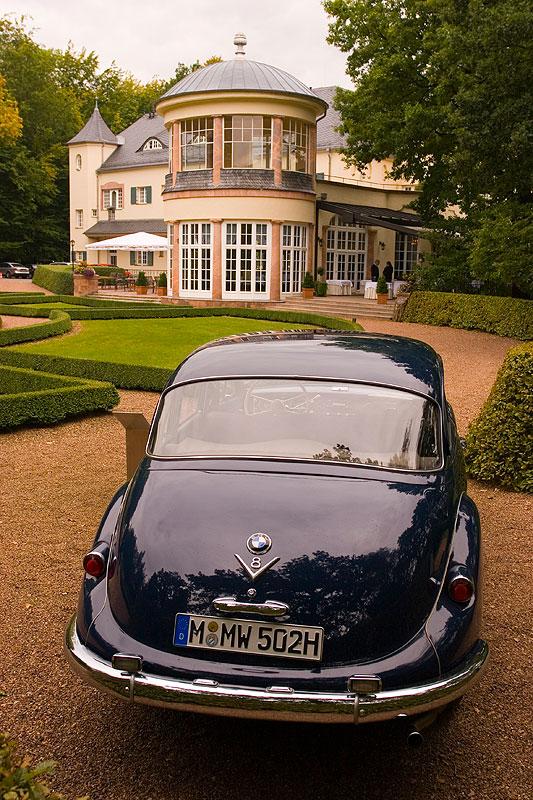 BMW 2600 mit 100 PS Leistung am Schloss Wolfsbrunn