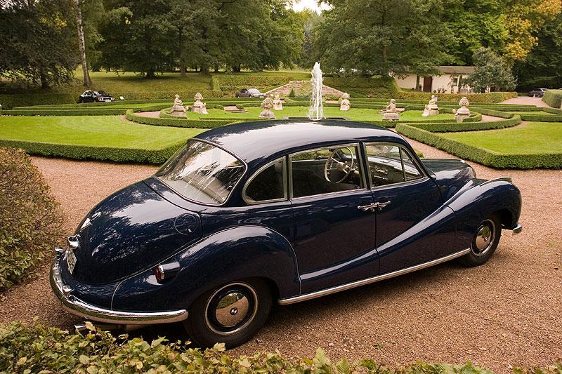 BMW 2600, 162 km/h schnell, 100 PS stark, am Schloss Wolfsbrunn