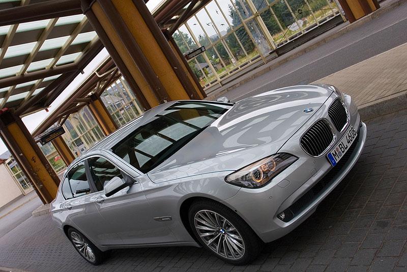 BMW 730d, Modell F01, am Bahnhof im Kurort Altenberg (Erzgebirge)