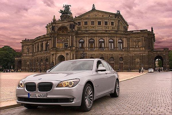 BMW 730d vor der Semper Oper in Dresden
