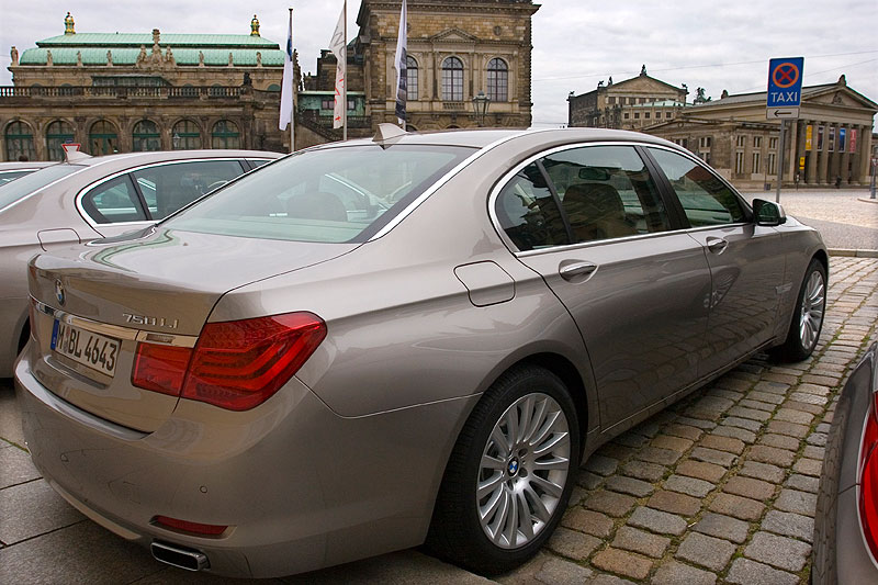 BMW 750Li vor dem Hotel; im Hintergrund die Semperoper