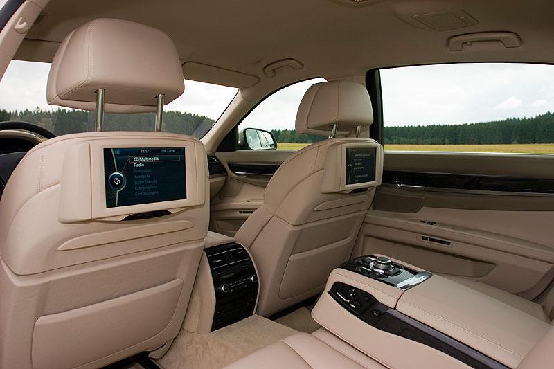 Blick in den Innenraum des BMW 750Li (F02) mit Fond-Entertainment-System