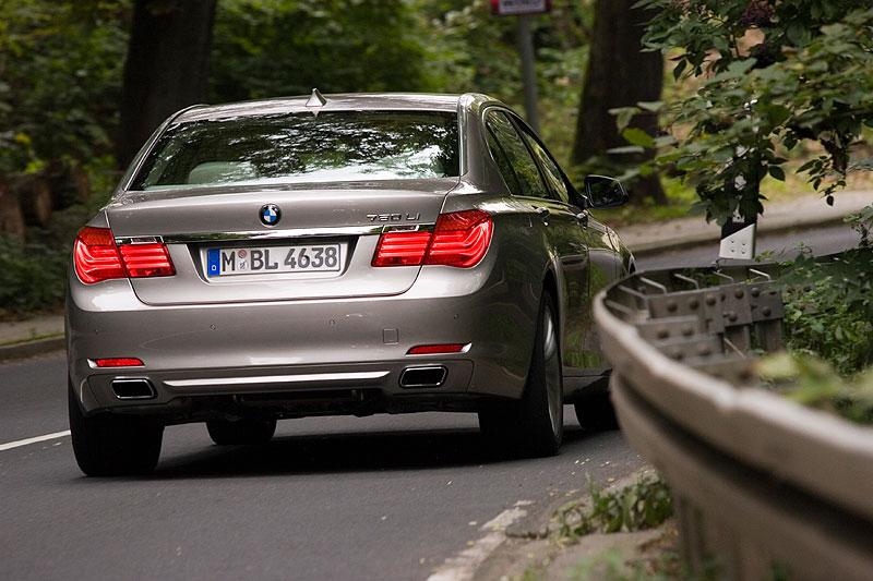BMW 750Li (F02) auf der Landstraße