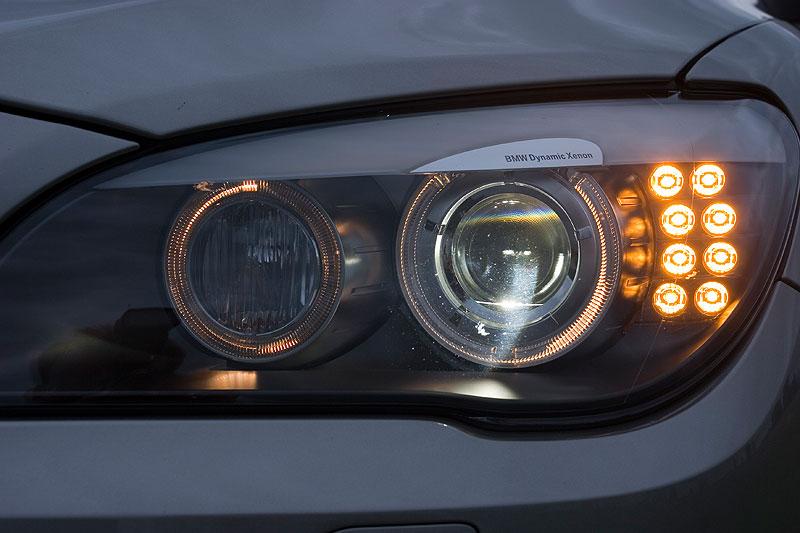BMW 750Li, Schweinwerfer; das Tagfahrlicht über die Corona-Ringe kann auf Wunsch per iDrive deaktiviert werden
