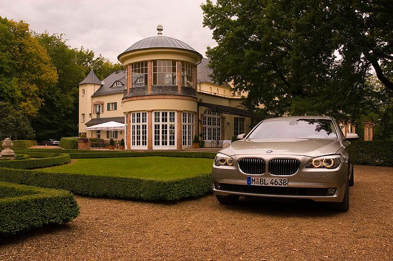 BMW 750Li (F02) am Schloss Wolfsbrunn
