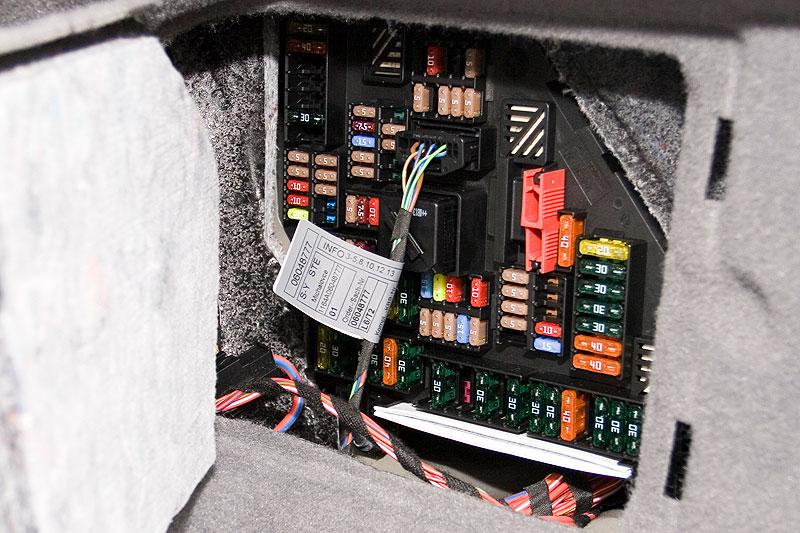 Sicherungskasten im Kofferraum des BMW 750Li