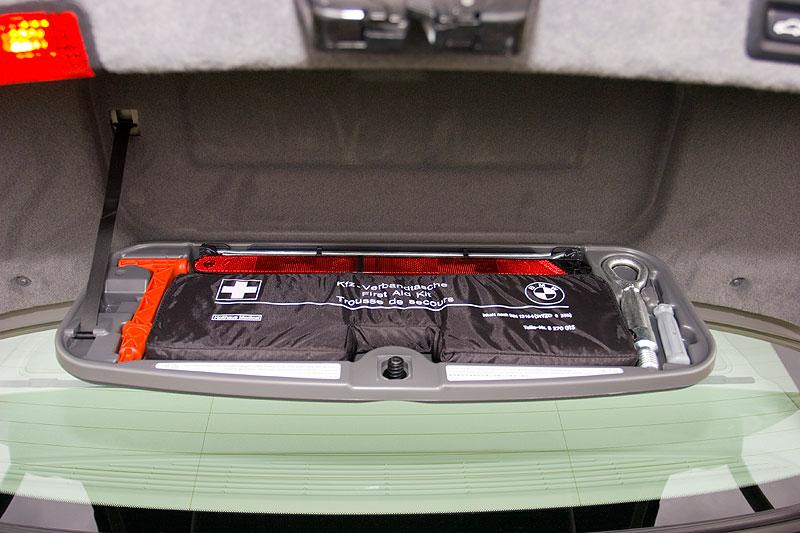 Werkzeugkasten im Kofferraumdeckel des BMW 750li (F01)